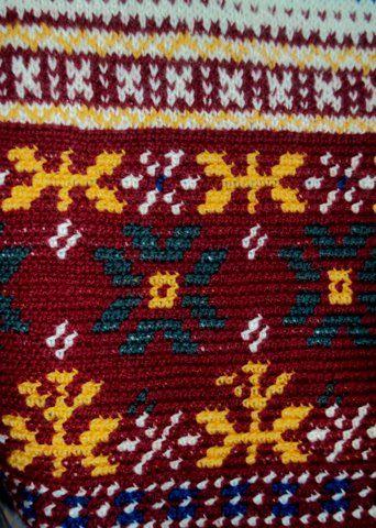 Kukka-kuvioisen paidan helma